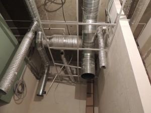 Вентиляция кафе  – воздуховоды из оцинкованной стали  выведены под присоединение кухонных зонтов